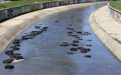 Само дни след почистването: Десетки автомобилни гуми плуват в река Слатинска