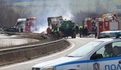 """Тир и цистерна са се ударили на """"Тракия"""", загинал е единият шофьор (ВИДЕО)"""