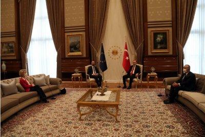 Фон дер Лайен и Шарл Мишел в Анкара - мъжете на столове, жената на дивана