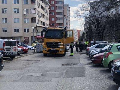 """Камион за боклук блъсна жена и дете в столичния квартал """"Люлин"""" (СНИМКИ)"""
