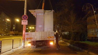 """Вдигнаха павилионите, захранвани незаконно от шахтата убиец пред болница """"Св. Иван Рилски"""""""