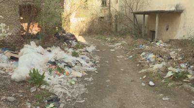 Центърът на кюстендилското село Соволяно е заринат с боклуци