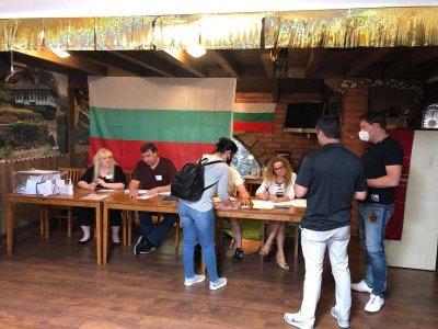 Във Финикс гласуваха в българската църква
