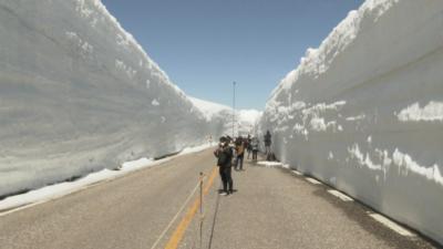 """Път в """"японските Алпи"""" е обграден от 14 метра сняг"""