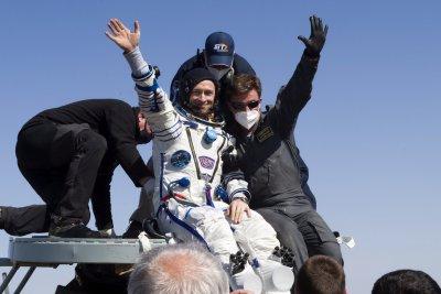 Двама космонавти и американска астронавтка се завърнаха от МКС