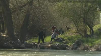 Доброволци почистват река Струма