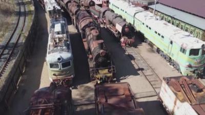 Десетки стари локомотиви са атракция край Санкт Петербург