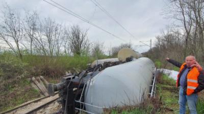 Източиха горивото от дерайлиралите цистерни край Ветово