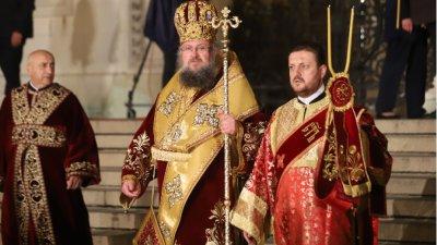 """Врачанският митрополит Григорий възвести Христовото Възкресение пред катедралата """"Св. Александър Невски"""""""