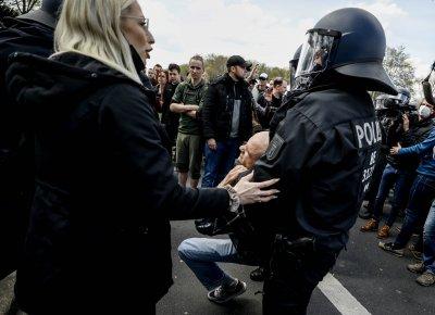 Сблъсъци между полиция и демонстранти в Берлин - протест срещу строгите мерки