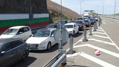 Интензивен трафик - тапи и колони в първия почивен ден (ОБЗОР)
