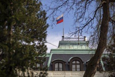 Без промяна на броя на служителите в консулствата в Чехия и Русия
