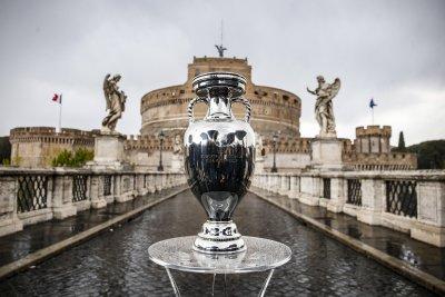 Показват в Рим трофея от Европейското по футбол