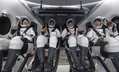 """Добре дошли! Четирима астронавти от капсулата на """"Спейс Екс"""" кацнаха на Земята"""