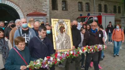 По пътя на вярата: Литийно шествие с чудотворната икона на Богородица от Бачковския манастир