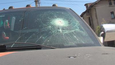 Три автомобила осъмнаха със забити кирки в предното стъкло и капака