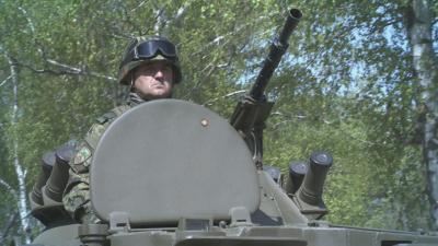 Кои са хората в машините, които участват на военните паради