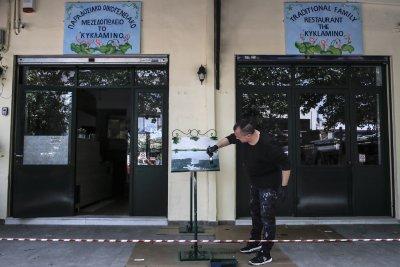 Гърция съкращава вечерния час и отваря заведенията на открито