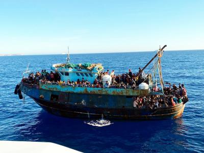 400 мигранти остават на Лампедуза заради блокиран спасителен кораб