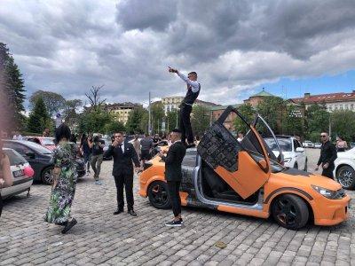 Започнаха абитуриентските празненства в София (СНИМКИ)