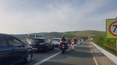 "Засилен трафик и тапа на АМ ""Струма"" (СНИМКИ)"