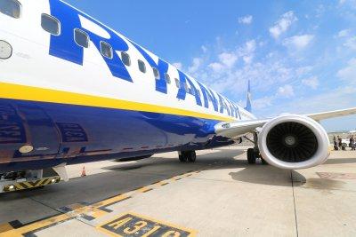 Български гражданин е бил на борда на отклонения в Минск самолет, съобщи Захариева
