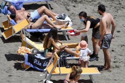 Препълнени плажове и заведения в Италия след отварянето