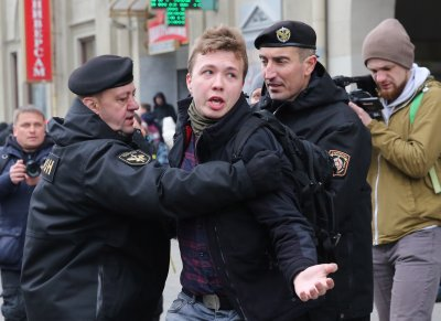 Скандал след отклонен самолет в Минск, заточен опозиционер бил на борда