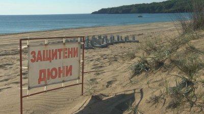 """Бетонни блокове на плаж """"Смокиня"""" предизвикаха недоволство"""