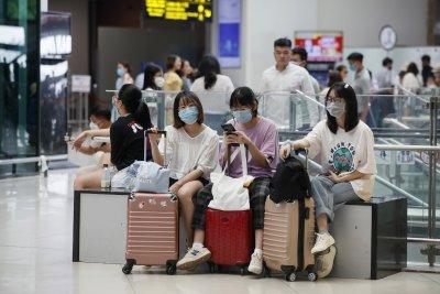 Летището в Ханой спира да приема международни полети заради нови огнища на COVID-19