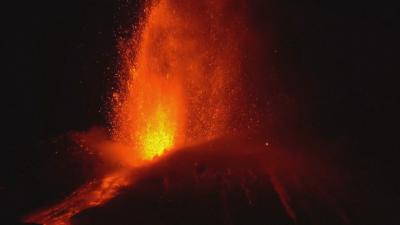 Вулканът Етна зрелищно изригна в Сицилия (ВИДЕО)