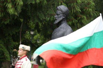Цветя и почит пред паметника на Христо Ботев в София (Снимки)