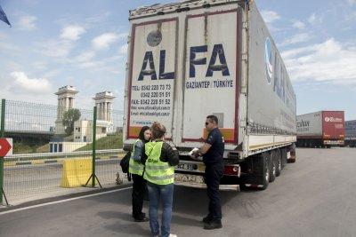 Връщат камионите с отпадъци, задържани на границата ни с Турция