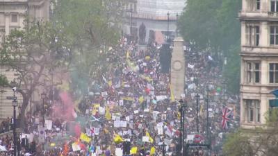 В света: Намаляват новите случаи на COVID-19, но протестите продължават