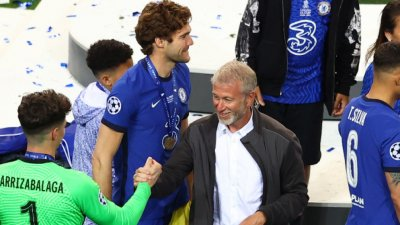 Роман Абрамович изгледа на живо триумфа на Челси