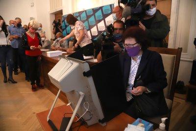 ЦИК: За 1 час гласуват 75 души. Може би ще трябват още 1500 машини