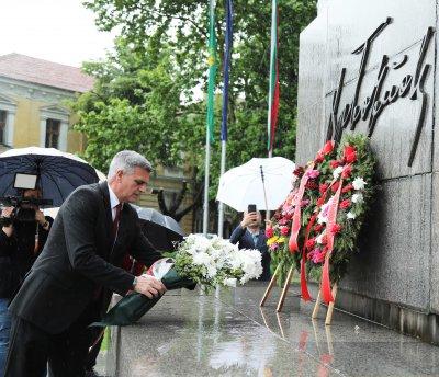 Премиерът Стефан Янев отдаде почит на подвига на Христо Ботев във Враца