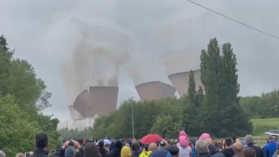 Във Великобритания зрелищно разрушиха част от въглищна електоцентрала