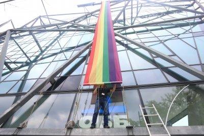 25-метрово знаме с цветовете на дъгата за София прайд (Снимки)