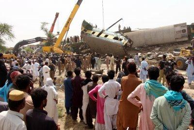 Най-малко 63 са загиналите във влаковата катастрофа в Пакистан