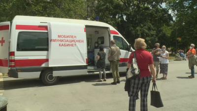 Много желаещи за ваксинация на открито в Морската градина във Варна