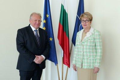 Външният министър обсъди с посланик Митрофанова възможността за възстановяване на полетите до България