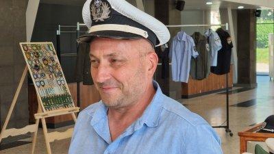 Полицай събира фуражки от цял свят, подреди изложба