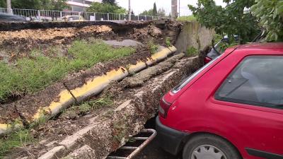 След пороя във Варна: Срутена подпорна стена и велоалея затрупаха 5 автомобила