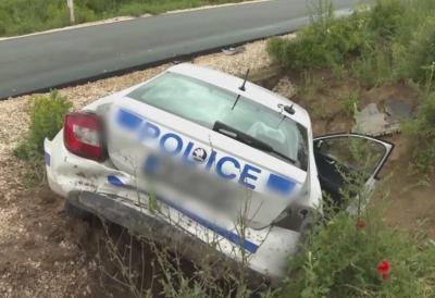 Патрулка падна в канавка след челен удар от джип във Врачанско