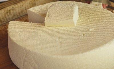 Разкриха незаконен цех за производство на сирене в Костенец