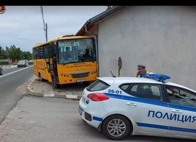 Училищен автобус се заби в къща, няма пострадали деца