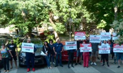 Близки на задържания полицай от Трето РПУ-Пловдив на протест пред съда