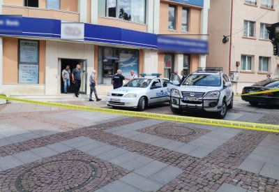 Грабеж и стрелба в банка в Дупница, има ранена жена