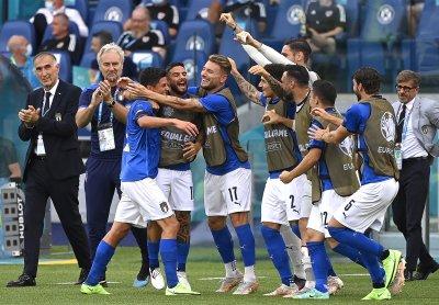 Пестелива победа за Италия, но и Уелс продължава напред